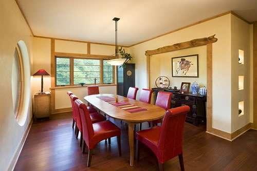 Jogo Do Quarto Vermelho Crimson Room ~   de couro vermelho e o abajur vermelho destacam a cor no ambiente